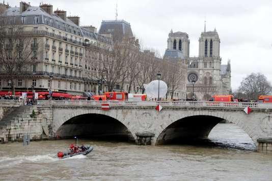 Des pompiers mènent des recherches afin de retrouver la policière disparue dans la Seine à Paris, le 5 janvier 2018.