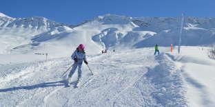 À cause du réchauffement climatique, l'enneigement se réduit d'année en année sur nos massifs montagneux. Résultat: il va devenir de plus en plus difficile de skier dans les stations de moyenne altitude.