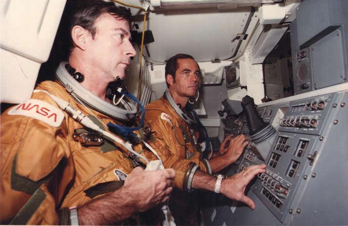L'astronaute américain John Young (à gauche) aux côtés de Robert Crippen lors d'un essai au centre spatialKennedy, en Floride, en octobre 1980.