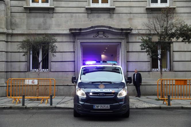 Un fourgon de police transportant Oriol Junqueras quitte le Tribunal suprême, à Madrid, le 4 janvier.