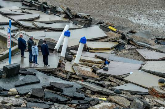 Des passants observent les dégâts causés par la tempête Eleanor à Wimereux, dans le nord de la France, le 6 janvier 2018.