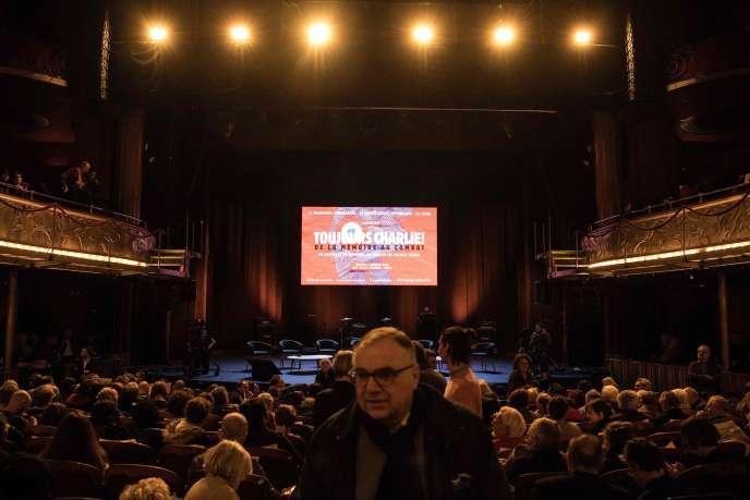 Des centaines de spectateurs ont assisté aux discussions aux Folies-Bergère.