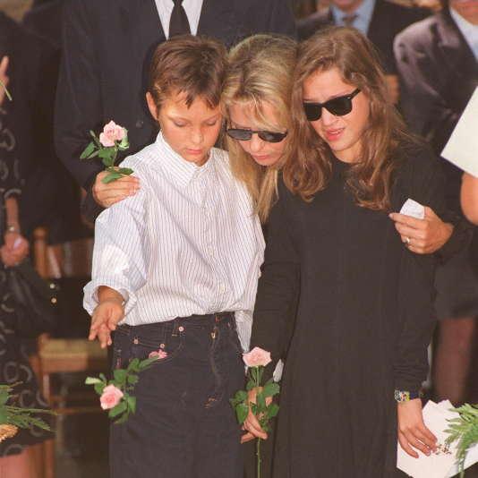 Photo prise le 6août 1992 de la chanteuse France Gall et de ses deux enfants Raphaël et Pauline, lors des obsèques de leur père, le compositeur Michel Berger, au cimetière Montmatre à Paris.