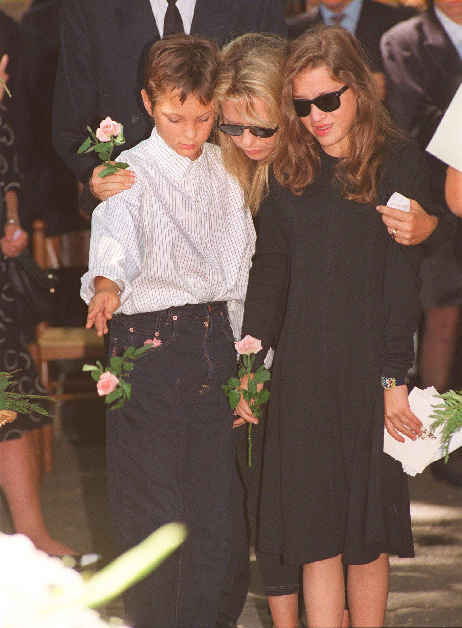 Avec ses deux enfants Raphael et Pauline lors des obsèques de Michel Berger, qui fut son mari et l'auteur de ses plus grandes chansons.