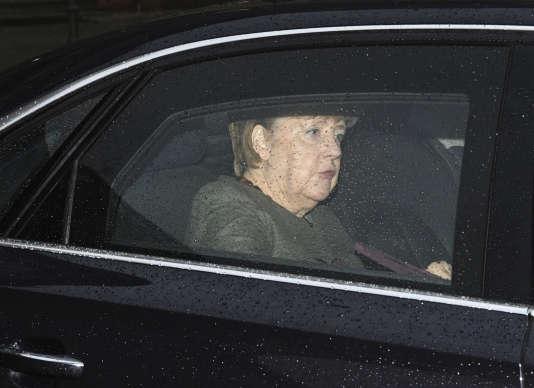 La chancelière Angela Merkel se rend à une réunion pour discuter de la formation d'un gouvernement de coalition, à Berlin, le 3 janvier.