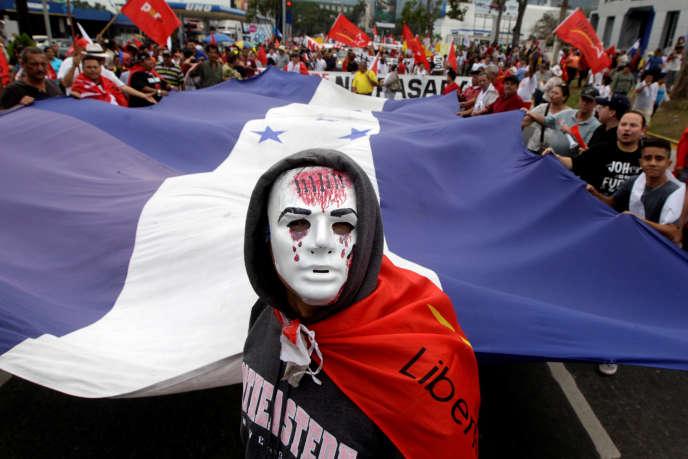 Un partisan du candidat de l'opposition Salvador Nasralla lors d'une manifestation contre la réélection du président hondurien sortant, le 6 janvier.