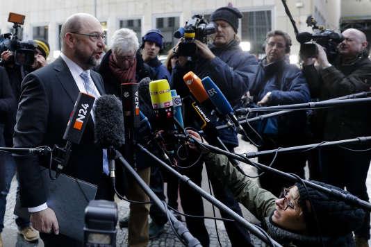 Martin Schulz, président du SPD répond à la presse, alors qu'il se rend à une réunion avec Angela Merkel, à Berlin, le 3 janvier.
