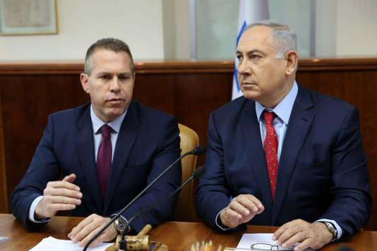 Guilad Erda (à gauche), ministre israélien de la sécurité intérieure, et Benyamin Nétanyahou, premier ministre, à Jérusalem, le 10 avril 2016.