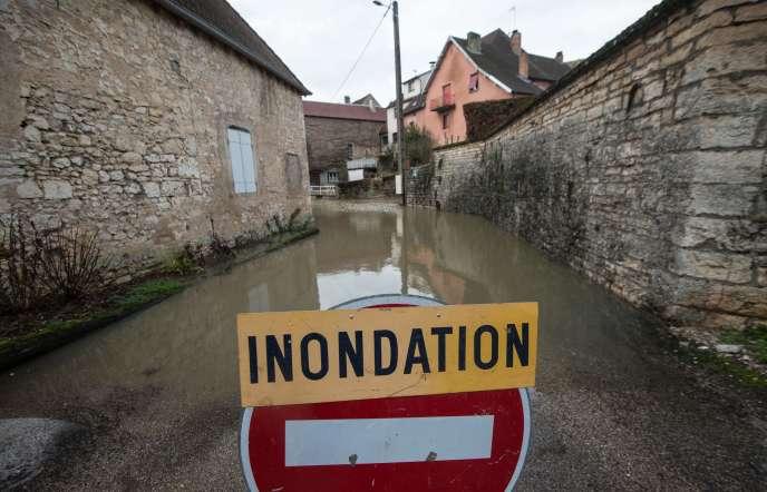 Deux personnes sont toujours portées disparues après le passage de la tempête : un Allemand de 70 ans, qui a pu être emporté en Haute-Marne par l'Aube en crue, et une policière de la brigade fluviale à Paris