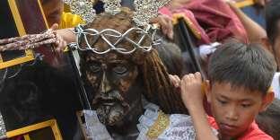 Lors d'une massive procession catholique à Manille, le 7 janvier.