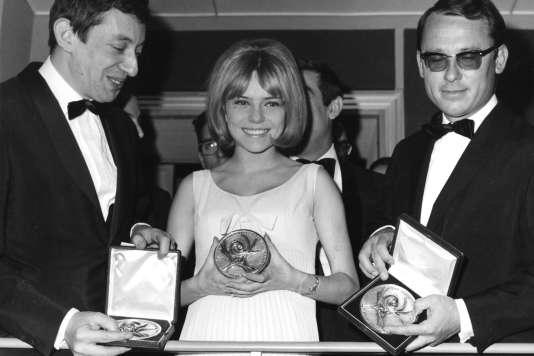 Serge Gainsbourg, France Gall et l'arrangeur Alain Goraguer (de gauche à droite), le 20 mars 1965 à Naples, lors du concours de l'Eurovision remporté par la chanteuse.