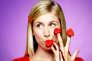 Laura Laune, longs cheveux blonds et visage de poupée, se sert de son apparence girly pour pratiquer un humour borderline.