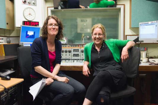 Carrie Gracie (à droite) dans le bureau de la radio BBC World Service en mai 2010.