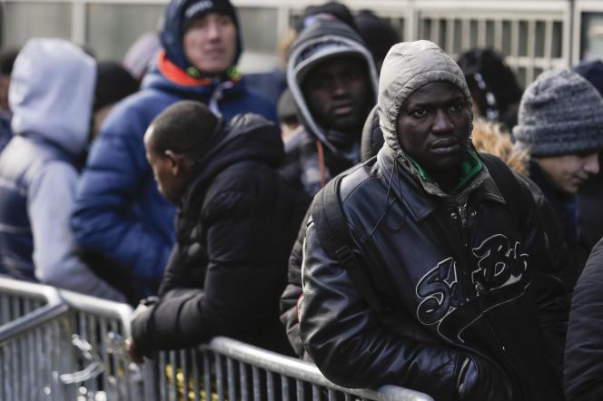Des migrants font la queue pour déposer leur demande d'asile, à Paris, le 26 janvier.