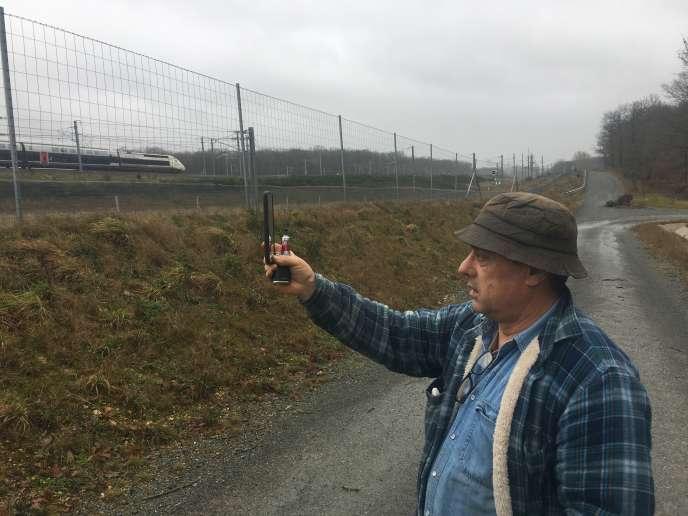 Bernard Rouyer, revenu vivre en1989 dans la propriété familiale, à Coulombiers (Vienne), est équipé d'un sonomètre sur son smartphone depuis la mise en route de la LGV :« Au moment du pic, vous rentrez votre tête dans les épaules, dans l'angoisse du prochain train, en vous demandant s'il sera aussi bruyant. »