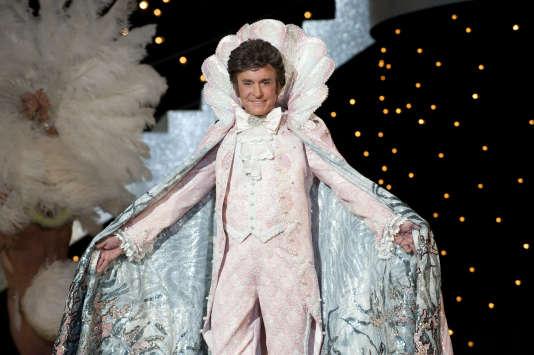 Michael Douglas incarne le chanteur Liberace.