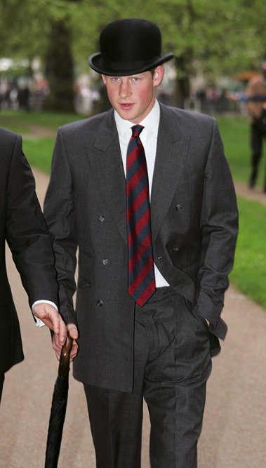 Ça rigole un peu moins. Harry vient d'entrer àl'académie royale militaire deSandhurst ets'apprête à rejoindre lefront irakien. Mais pas d'inquiétude : équipé d'un «bowler hat», inventé en 1849 par les chapeliers londoniens Thomas etWilliam Bowler pour protéger les cavaliers contre les chocs, le prince ne risque rien !