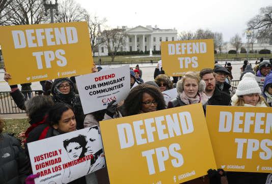 Un rassemblement, en face de la Maison Blanche à Washington, le 8 janvier, en réaction à l'annonce concernant le statut de protection temporaire pour les Salvadoriens.