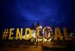 Des militants de Greenpeace manifestent contre la destruction d'une église pour étendre une mine de charbon, à Immerath, en Allemagne, le 8 janvier.