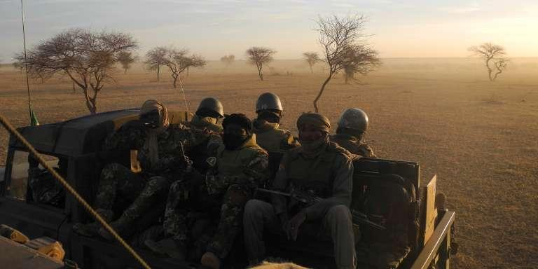Des soldats maliens, qui feront partie de la force G5 Sahel, en patrouille près de la frontière avec le Burkina Faso et le Niger, en novembre 2017.