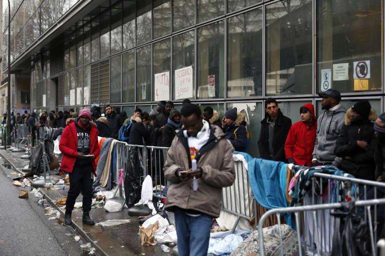 Des migrants font la queue pour déposer leur demande d'asile, à Paris, le 21 décembre.