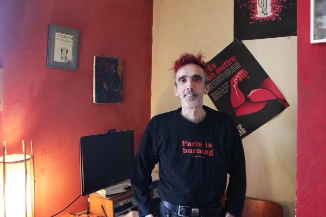 Frédéric Navarro, 57 ans, dans son appartement parisien.