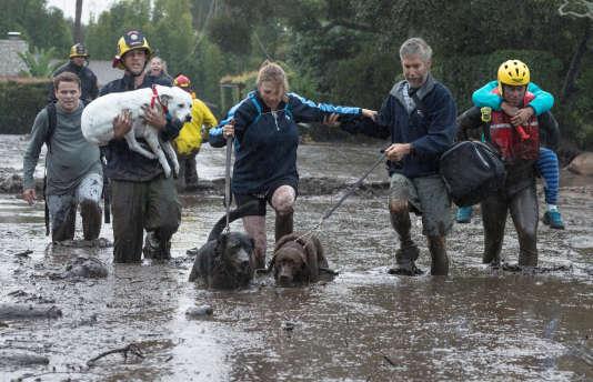 Evacuation des habitants de Montecito, dans le Sud de la Californie, suite à des coulées de boue, le 9 janvier.