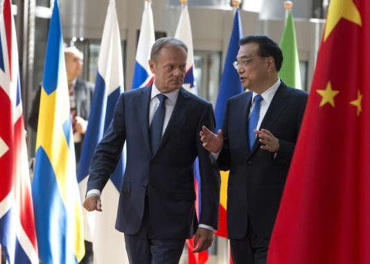 Le président du Conseil européen, Donald Tusk, et le premier ministre chinois, Li Keqiang, lors du 19e sommet bilatéral entre l'Union européenne et la Chine, à Bruxelles, le 2 juin 2017.