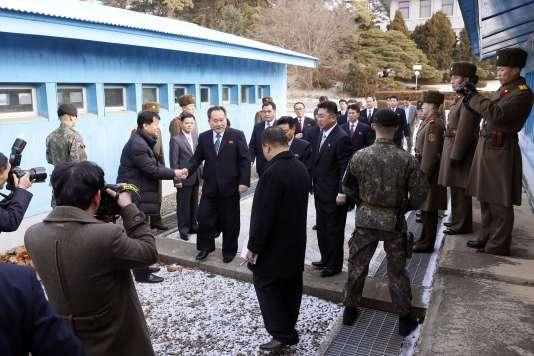 Une délégation nord-coréenne, menée par Son-Gwon, franchissent la ligne de démarcation avec la Corée du Sud, à Panmujeon le 9 janvier.