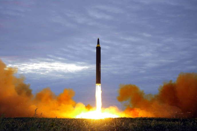 Photo fournie par l'agence officielle de presse nord coréenne d'un test de missile balistique par la Corée du Nord, le 29 août 2017.