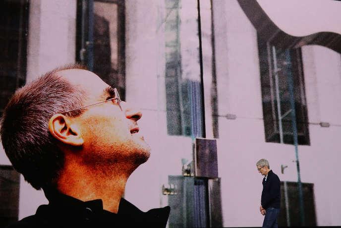 Le PDG d'Apple, Tim Cook (à droite), au théâtre Steve Jobs (à gauche), sur le nouveau campus de la firme à la pomme, à Cupertino (Californie), en septembre 2017.