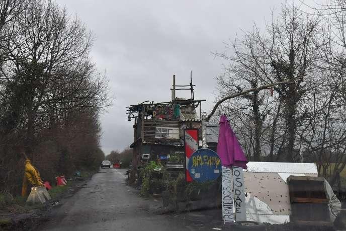 Une structure bloquant la route départementale qui traverse la ZAD de Notre-Dame-des-Landes, le 9janvier.