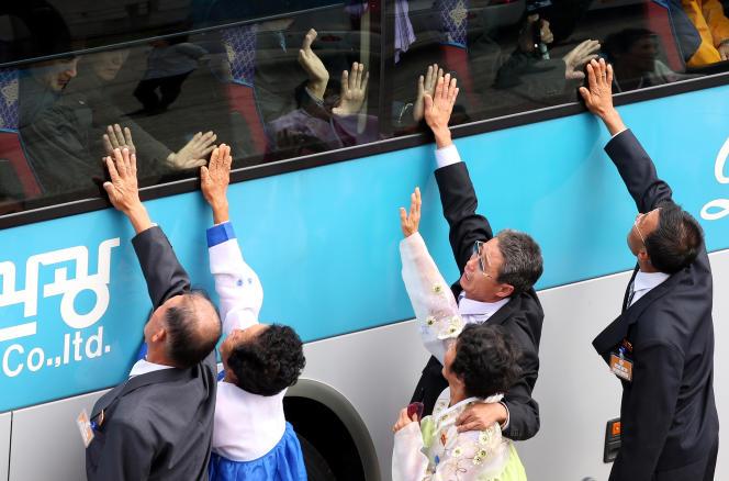 Des Sud-Coréens pleurent alors qu'ils disent adieu à des proches nord-coréens, lors d'une réunion des familles sud et nord-coréennes, en octobre 2015.