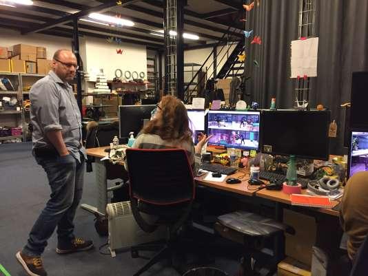 David Cage échange avec une animatrice lors d'une présentation au «Monde» des locaux du studio Quantic Dream, le 4 janvier.