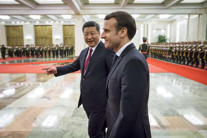 Emmanuel Macron, président de la république, et Xi Jinping, président de la République populaire de Chine participent à une cérémonie d'accueil au Grand Palais du peuple à Pékin, Chine, mardi 9 janvier.