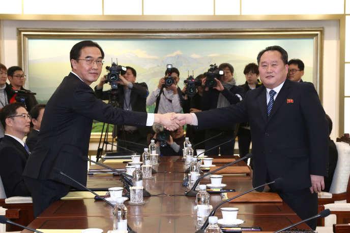 Le représentant de la Corée du Sud, Cho Myoung-gyon (à gauche), et celui de la Corée du Nord, Ri Son-gwon, lors des premiers entretiens de haut niveau entre les deux pays, à Panmunjeom, le 9janvier.