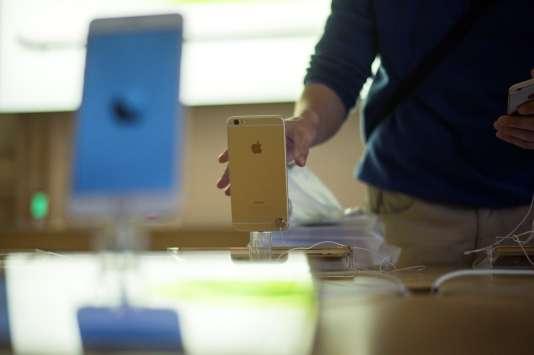 Dans un Apple Store de Paris, lors du lancement de l'iPhone 6, en septembre 2014.