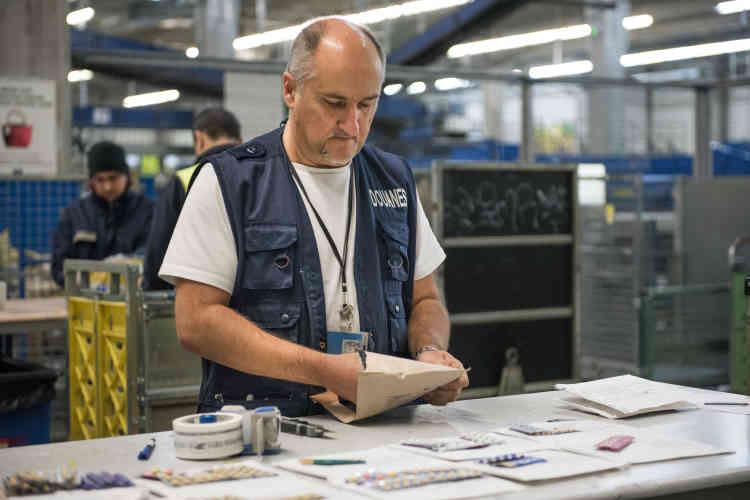 Les plis sont inspectés un par un et leur contenu soigneusement répertorié. Les médicaments interceptés seront détruit par la suite.
