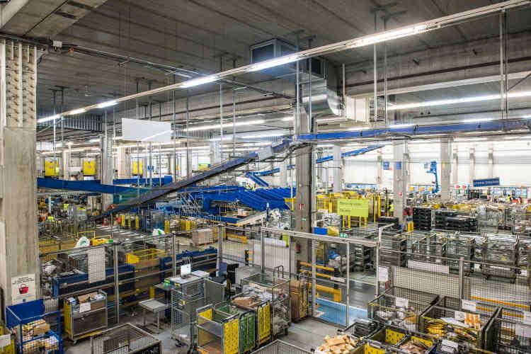 Dans l'entrepôt de la Poste, une équipe de vingt douaniers inspecte les colis et plis tout juste déchargés des soutes.