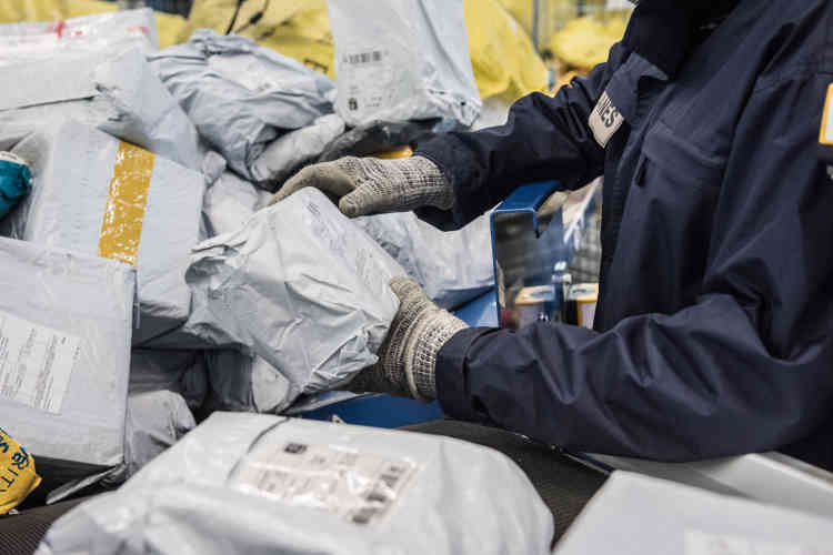 Les douaniers mettent à l'écart tous les colis et plis suspect. Ils sont particulièrement attentifs aux paquets en provenance d'Inde et de Chine d'où proviennent la majorité des médicaments importés illégalement.