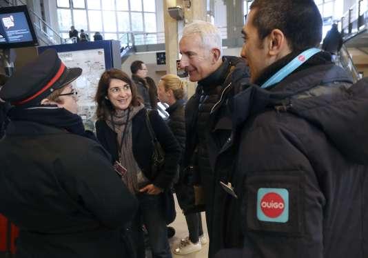 Le patron de la SNCF, Guillaume Pepy, au centre, à la gare Montparnasse à Paris, le 10 décembre 2017.