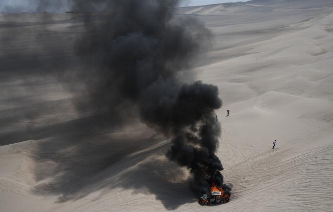 Une voiture en feu lors de la troisième étape du Dakar 2018, au Pérou, le 8 janvier. Pilote et copilote sont indemnes.