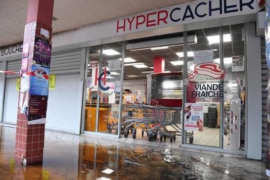 L'incendie déclenché dans l'épicerie cacher dans la nuit de lundi à mardi s'est propagé au magasin adjacent Hyper Cacher.