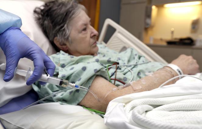 La surmortalité constatée par l'organisme public Santé publique France touche surtout les personnes de plus de 65ans.