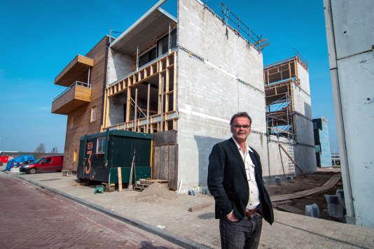 Frank Alsema, devant le chantier de sa maison.