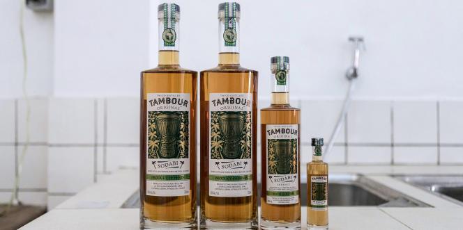 Les différents conditionnements de Tambour Original, une liqueur à base de vin de palme.