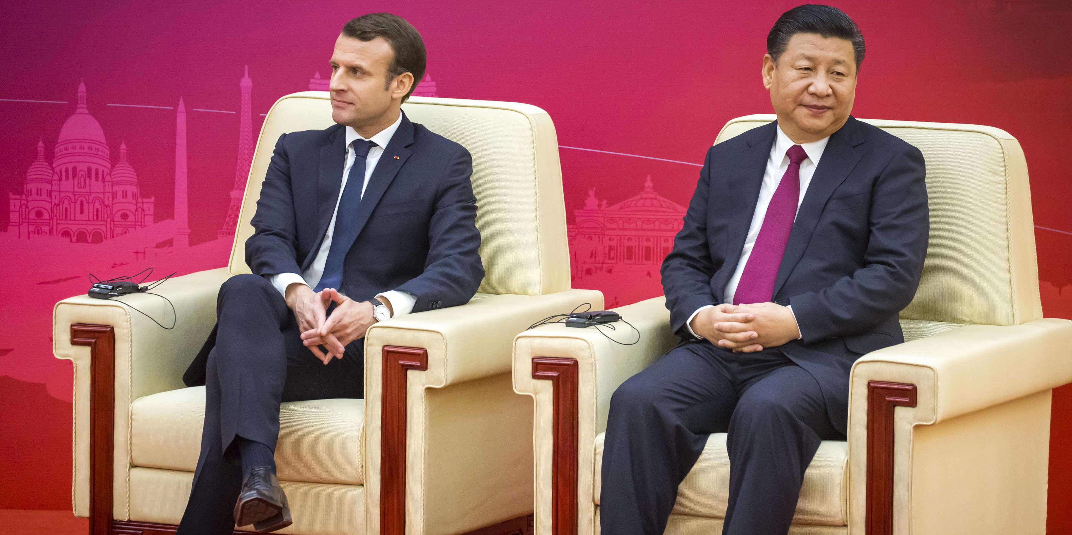 Emmanuel Macron et Xi Jinping, président de la République populaire de Chine, participent à la première réunion du Conseil d'entreprises franco-chinois au Grand Palais du peuple à Pékin, mardi 9 janvier 2018.