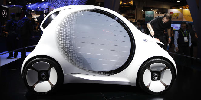 Le concept car Smart Vision EQ peut afficher des messages sur sa carrosserie pour dialoguer avec les autres usagers de la route.