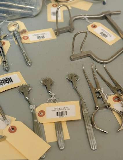 Dapper Cadaver commercialise aussi des instruments de torture.