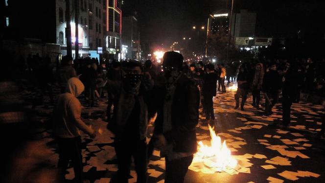 Scène de manifestations contre la politique du gouvernement de Hassan Rohani, le 30 décembre 2017 à Dourod.